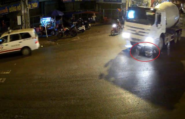 Chiếc xe máy bị xe bồn kéo lên trên đường, quẹt lửa. Ảnh cắt từ video