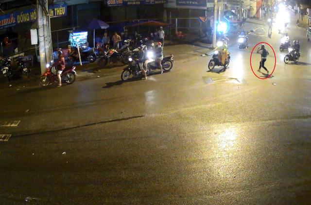 Nam thanh niên chạy vào lề đường sau tai nạn. Ảnh cắt từ video