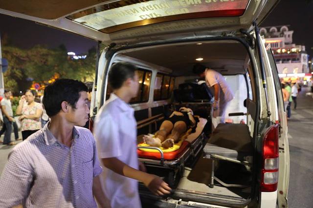Cô gái được đưa lên xe cấp cứu để vào viện Việt Đức.