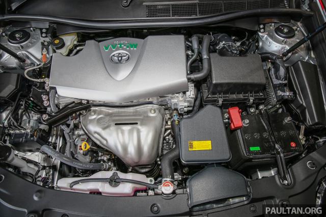 Trái tim của Toyota Camry 2.0G X 2016 vẫn là động cơ xăng 4 xy-lanh, hút khí tự nhiên, dung tích 2.0 lít cũ. Động cơ tạo ra công suất tối đa 167 mã lực tại vòng tua máy 6.500 vòng/phút và mô-men xoắn cực đại 199 Nm tại vòng tua máy 4.600 vòng/phút. Sức mạnh được truyền tới cầu trước thông qua hộp số tự động 6 cấp.