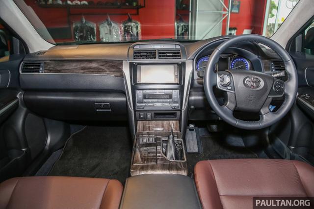 Bên trong Toyota Camry 2.0G X 2016 có nội thất bọc da màu nâu sẫm, hệ thống thông tin giải trí với đầu DVD mới, màn hình cảm ứng điện dung 7 inch, hệ thống WiFi, trình duyệt web, kết nối Bluetooth và camera lùi. Đó là còn chưa kể đến hệ thống sạc điện thoại thông minh không dây Qi giống Toyota Camry Hybrid.