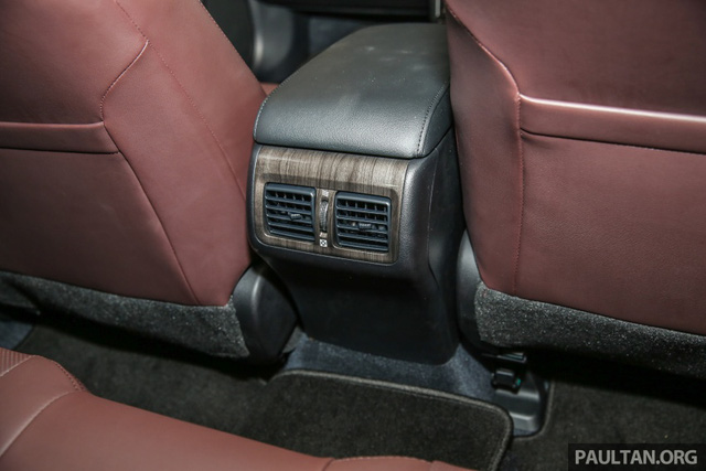 Về an toàn, Toyota Camry 2.0G X 2016 có 7 túi khí tùy chọn, tương tự mọi bản trang bị khác. Thêm nữa là hệ thống cân bằng điện tử và bơm lốp xách tay tiêu chuẩn.