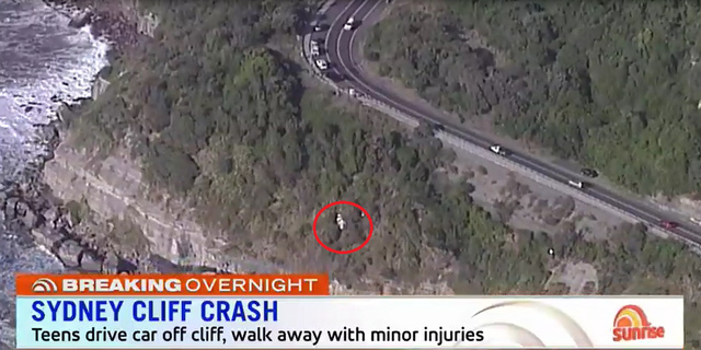 Toyota Hilux được cứu hộ bằng trực thăng sau tai nạn do tài xế 17 tuổi gây ra - Ảnh 3.