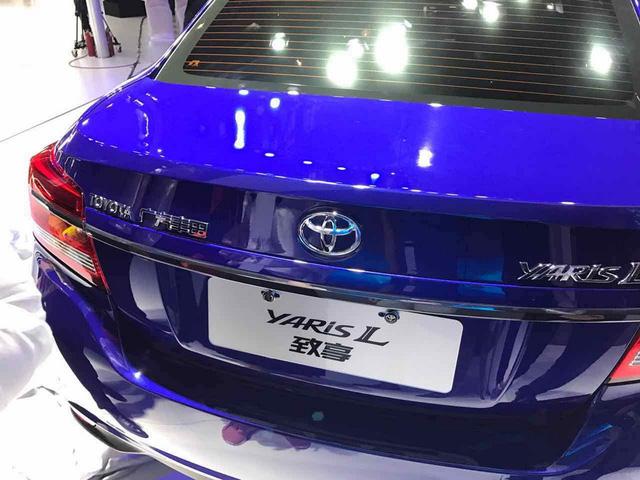 Đuôi xe Toyota Yaris L Sedan 2017 giống Vios Sedan.