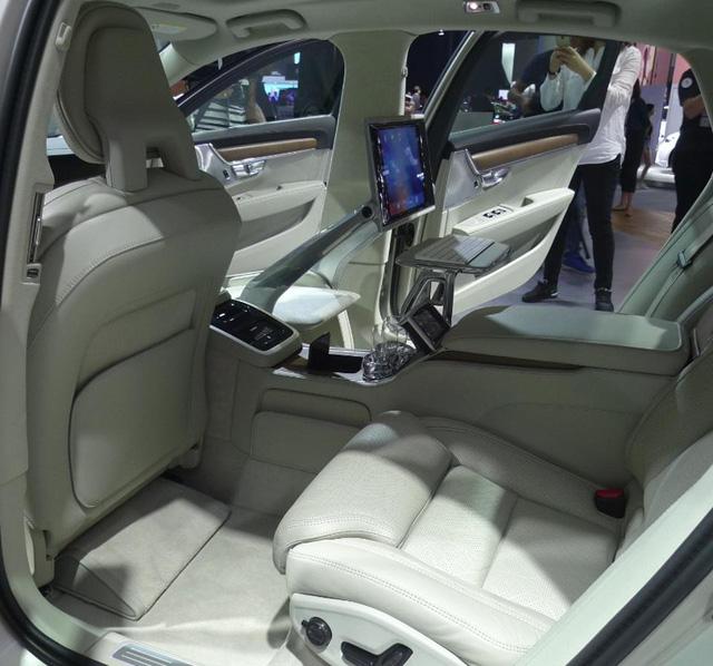 Hành khách ngồi trên ghế sau bên trái không có những trang bị tiện nghi như bên cạnh.