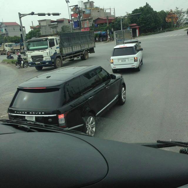 Cặp đôi Range Rover đeo biển số gần giống hệt nhau nối đuôi chạy trên đường. Ảnh: Hà Ngọc