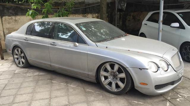 Một chiếc Bentley Continental Flying Spur bị bỏ rơi tại Hà Nội với ngoại thất đóng bụi dày đặc và bị hư hỏng nặng.