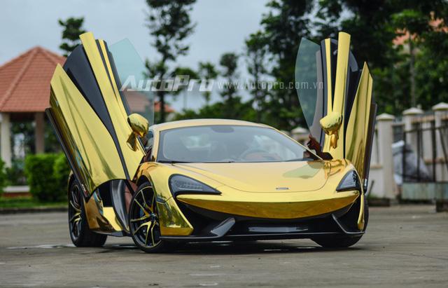 Sau 2 tuần được doanh nhân Nguyễn Quốc Cường hay còn gọi Cường Đô-la đẩy ra một công ty nhập khẩu siêu xe quận 5 nằm chờ khách, chiếc McLaren 570S giờ đây trở nên nổi bật trên phố trong bộ áo cực cá tính màu vàng crôm.