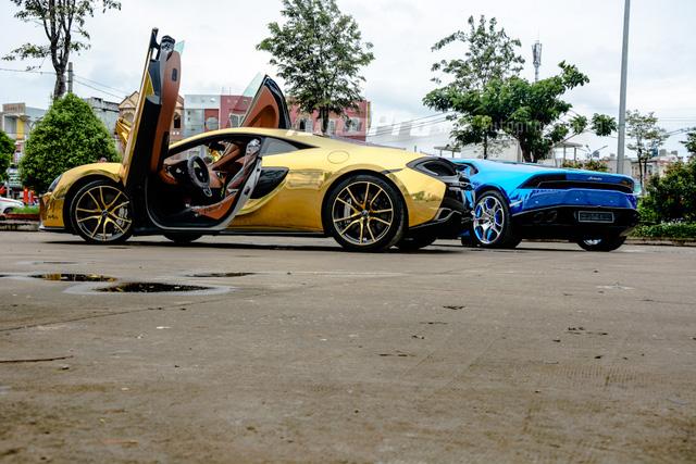 Hiện cả hai siêu xe này thuộc sở hữu của một công ty nhập khẩu siêu xe tại quận 5. Việc xuất hiện cùng lúc hai chiếc siêu xe trong bộ áo màu crôm nổi bần bật trên phố thu hút khá nhiều sự chú ý, nhiều người còn nghĩ mình lạc vào thiên đường siêu xe tại Dubai.