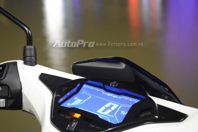 Yamaha NVX 155 được trang bị cụm đồng hồ kỹ thuật số toàn phần với màn hình LCD 5,8 inch. Trong đó, nền màn hình có màu xanh dương và các thông số như lượng xăng còn trong bình, báo ắc-quy, vòng tua máy, quãng đường đã đi, lượng xăng tiêu thụ trung bình, mức tiêu thụ xăng theo thời gian thực, đồng hồ chỉ giờ và tốc độ có màu trắng.
