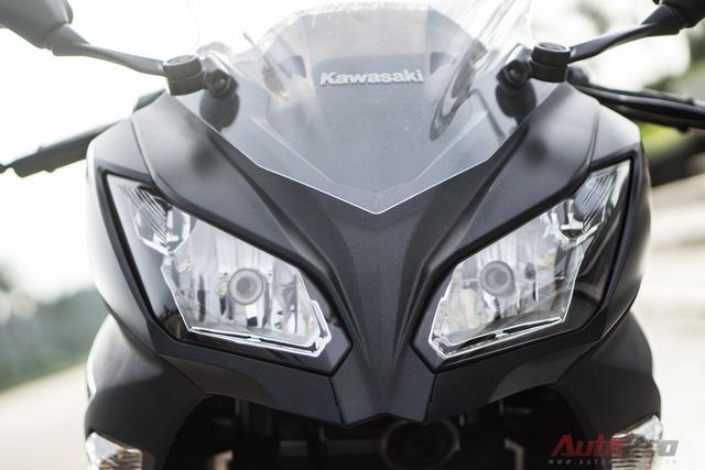 Đèn pha đôi sắc sảo trên Kawasaki Ninja 300 được đánh giá là tối nhưng không quá thua thiệt nếu so với các đối thủ.