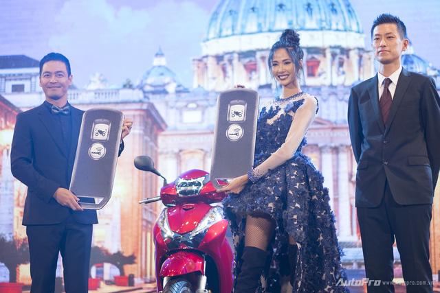 Siêu mẫu Hoàng Thùy và MC Phan Anh xuất hiện trong lễ ra mắt Honda SH300i ABS.