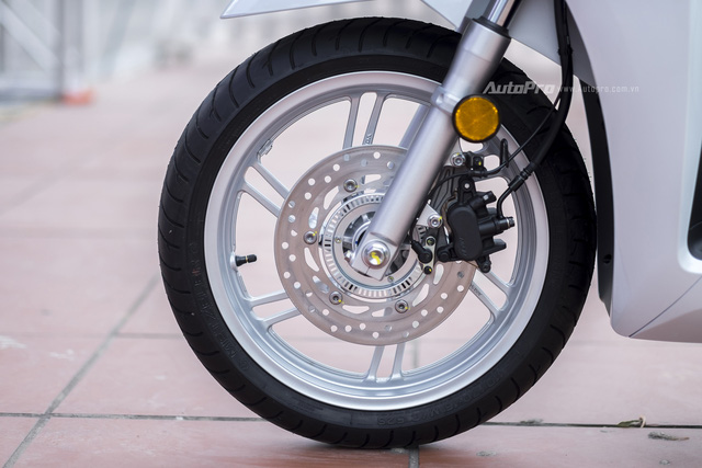 Và tất nhiên, Honda SH 300i cũng được trang bị hệ thống chống bó cứng phanh ABS trên cả hai bánh xe trước và sau.
