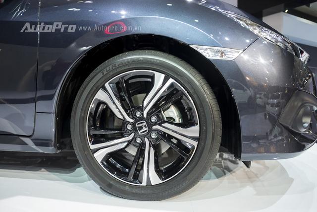 Xe được trang bị vành la-zăng hợp kim đa chấu lạ mắt với kích thước 17 inch.
