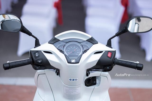 Mặt đồng hồ của Honda SH 300i được thiết kế chia thành 3 phần riêng biệt với đồng hồ tốc độ trung tâm, cùng 2 hai đồng hồ hiển thị nhiệt độ động cơ và mức nhiên liệu ở hai bên trái phải. Ngoài ra xe còn có một màn hình điện tử để hiện thị các thông tin phụ như thời gian, trip, ODO và lượng nhiên liệu tiêu thụ.