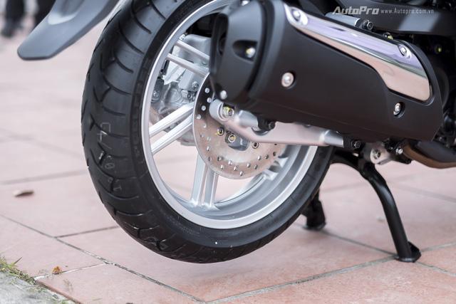 Honda SH 300i cũng được trang bị lốp cỡ lớn với vành hợp kim 6 chấu kép kích thước 16 inch cho cả trước và sau.