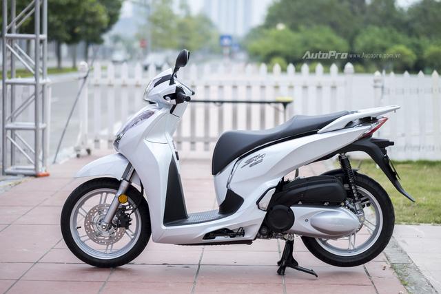 Honda SH 300i với thiết kế bên ngoài không có nhiều thay đổi so với những phiên bản Honda SH 125i/150i, nhưng lại có kích thước và trọng lượng lớn hơn.