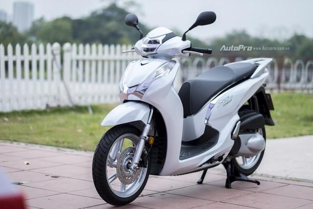 Cụ thể, Honda SH 300i có số đo 2.131 x 730 x 1.195mm (DxRxC) và trọng lượng lên tới 169 kg. Trong khi đó Honda SH 125i/150i chỉ 2.026 x 740 x 1.158mm và nặng 135-136kg.