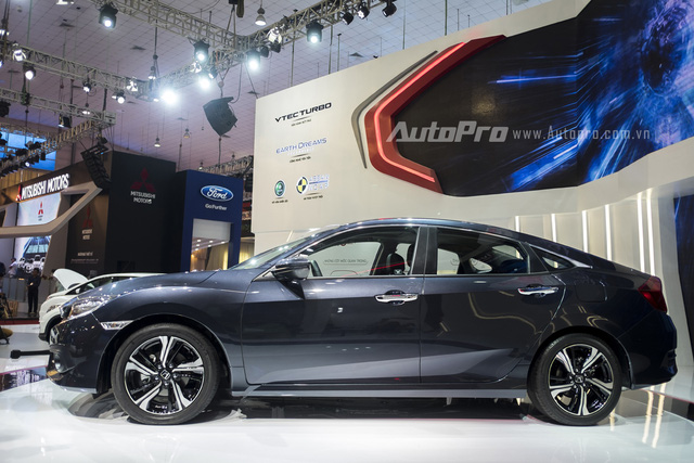 Xe có kích thước tổng thể dài x rộng x cao tương ứng là 4.630 x 1.799 x 1.416 mm. So với thế hệ trước, Honda Civic mới có kích thước lớn hơn, từ đó mang đến không gian rộng rãi hơn cho hành khách bên trong xe.