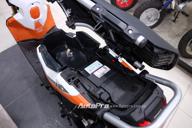 Yên xe mở ngang khá đặc trưng của dòng xe Honda Zoomer-X nhưng không gian cốp bên trong vẫn không thay đổi.