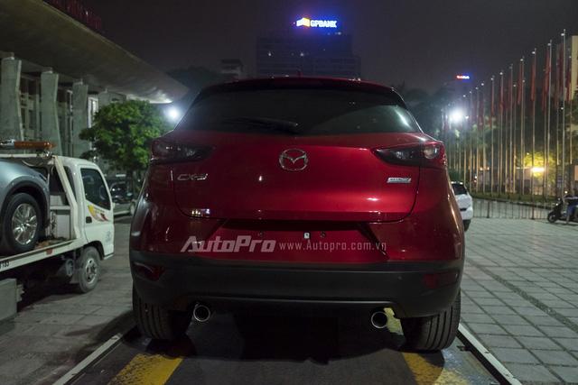 Đuôi xe được trang bị ống xả kép cùng đèn hậu thiết kế đặc trưng theo ngôn ngữ KODO.