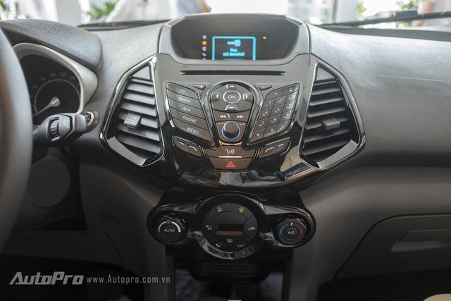 Bảng điều khiển trung tâm của Ford Ecosport Titanium Black Edition có thiết kế khá hầm hồ với màu đen bóng đặc trưng.