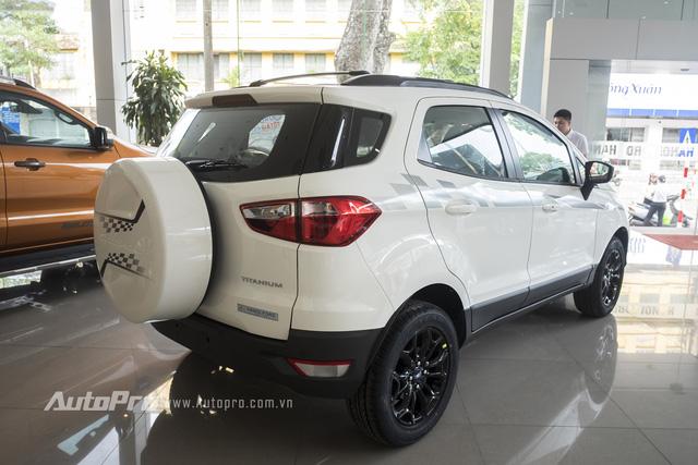 Với nhiều chi tiết màu màu đen bóng, Ford Ecosport Titanium Black Edition mang dáng vẻ mạnh mẽ hơn.