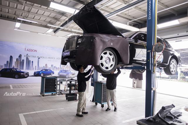 Chiếc xe Rolls-Royce Phantom đang được kiểm tra.