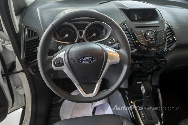 Xe vẫn được trang bị vô-lăng ba chấu đặc trưng cùng nút điều khiển âm thanh, chế độ.