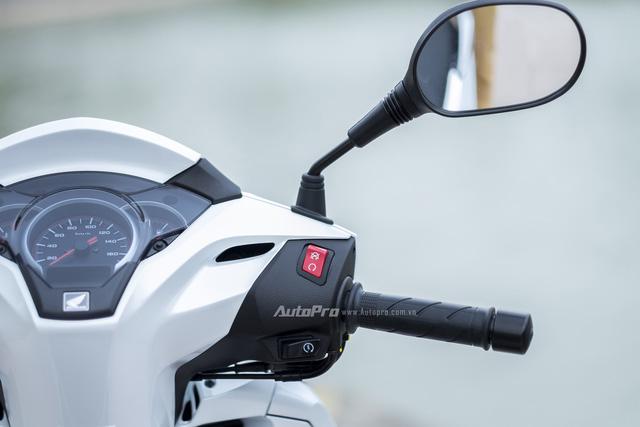 Honda SH 300i được trang bị công tắc tắt/bật động cơ như ở các mẫu xe thể thao.