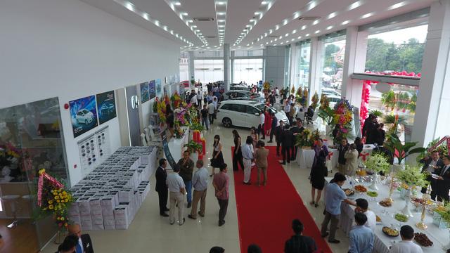 Khu vực trưng bày xe dành cho khách hàng tại đại lý Honda Ô tô Đắk Lắk.