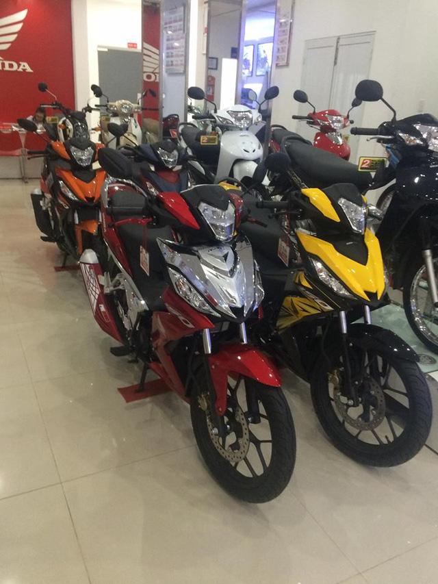 Những chiếc Honda Winner 150 tại đại lý Tây Ninh có mức giá đồng 37 triệu Đồng cho hai phiên bản thường và cao cấp. Đó còn chưa kể quà tặng đồng hồ trị giá 4 triệu Đồng. Ảnh: Đình Cường.