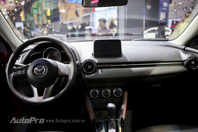Nếu đã từng điều khiển Mazda2, bạn sẽ thấy không gian nội thất bên trong Mazda CX-3 mang lại cảm giác quen thuộc vì sự tương đồng về thiết kế.