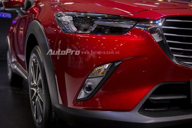 Mazda CX-3 vẫn được trang bị đèn định vị ban ngày dạng LED tạo hình đôi mắt mãnh thú như các anh em Mazda3, Mazda6 hay CX-5.