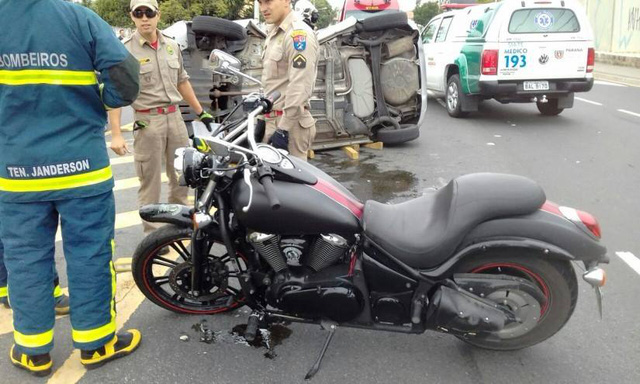 Video Kawasaki Vulcan 900 Custom tông gãy đôi ô tô gây xôn xao - Ảnh 2.