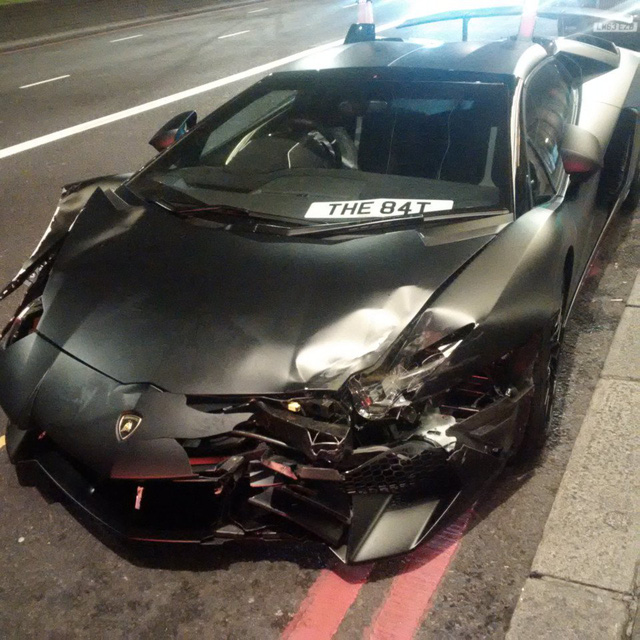 Lamborghini Aventador SV mui trần hư hỏng nặng sau cuộc đua tốc độ trên phố - Ảnh 1.