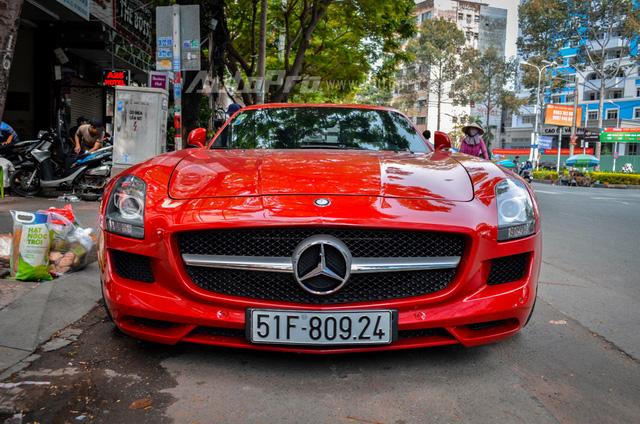 Mercedes-Benz SLS AMG 11,8 tỷ Đồng của tay chơi Bình Định tái xuất trên phố Sài thành - Ảnh 15.