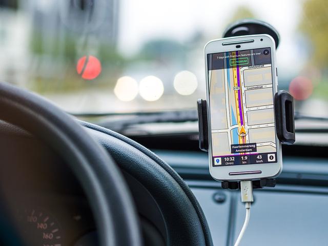 Người lái ô tô thường dùng điện thoại để định vị hơn là hệ thống GPS có sẵn trên xe. Ảnh minh họa
