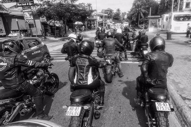 Nữ biker khiến nhiều người phải ngước nhìn khi nài Ducati Scrambler trên đường Sài Gòn - Ảnh 8.