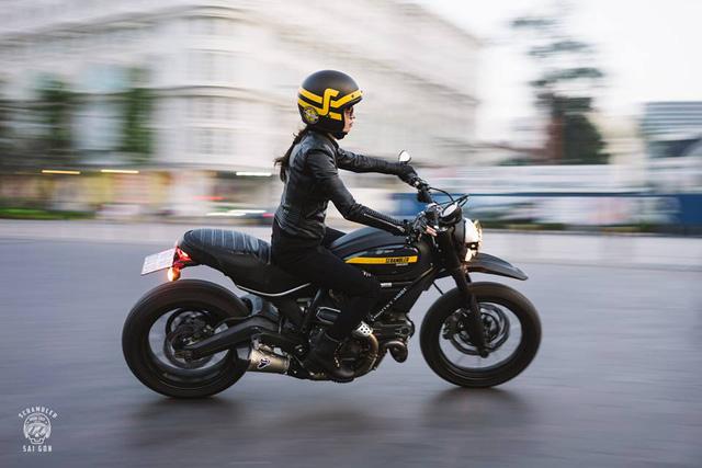 Nữ biker khiến nhiều người phải ngước nhìn khi nài Ducati Scrambler trên đường Sài Gòn - Ảnh 2.