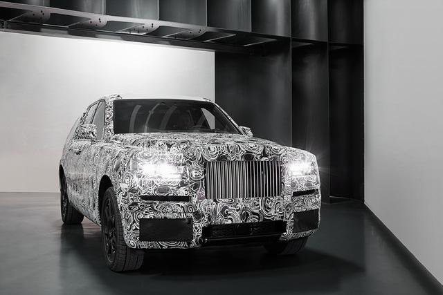 Rolls-Royce Cullinan dù vẫn bị che chắn nhưng cũng đã lộ những hình ảnh chính thức của mình.