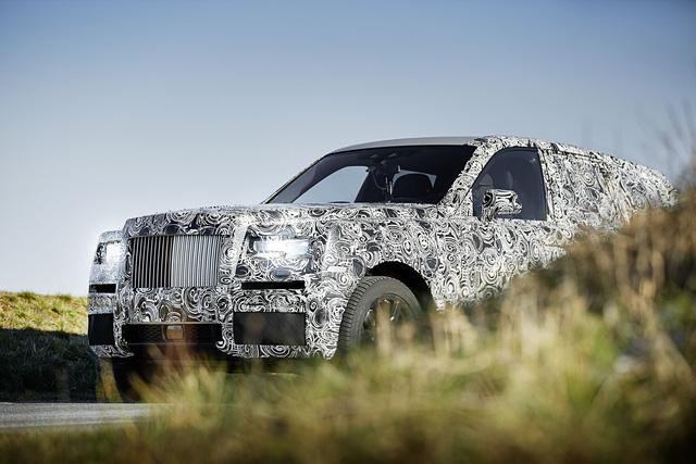 Lưới tản nhiệt cùng hệ thống đèn chiếu sáng rất đặc trưng của Rolls-Royce.