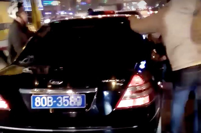 Người đi đường cố chặn chiếc xe được cho gây tai nạn. Ảnh: Cắt từ clip.