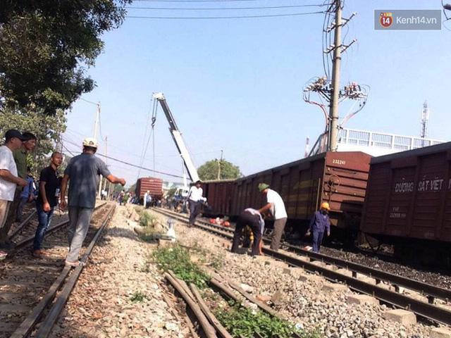 Công nhân đang khắc phục sự cố sau khi nhiều toa tàu bị trật khỏi đường ray.