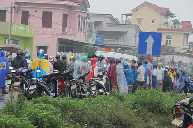 Người dân địa phương hết sức bức xúc trước sự vô trách nhiệm của tài xế ô tô