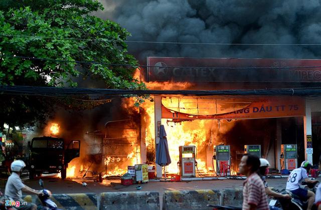 Hiện trường vụ cháy cây xăng ở Sài Gòn khiến hàng chục xe máy bị thiêu rụi - Ảnh 1.