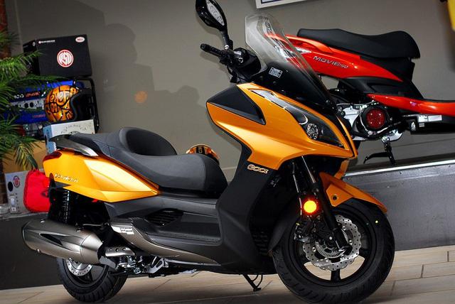 Xe máy tay ga đắt như ôtô: Giá gấp 3 thế giới dân Việt không ngán - Ảnh 1.