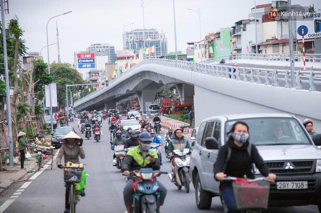 Chùm ảnh: Cầu vượt thép 135 tỷ trên con đường đắt đỏ nhất Thủ đô trước ngày thông xe - Ảnh 1.