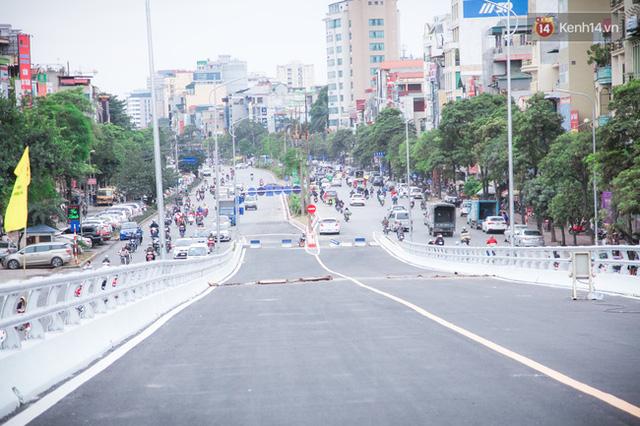 Chùm ảnh: Cầu vượt thép 135 tỷ trên con đường đắt đỏ nhất Thủ đô trước ngày thông xe - Ảnh 2.