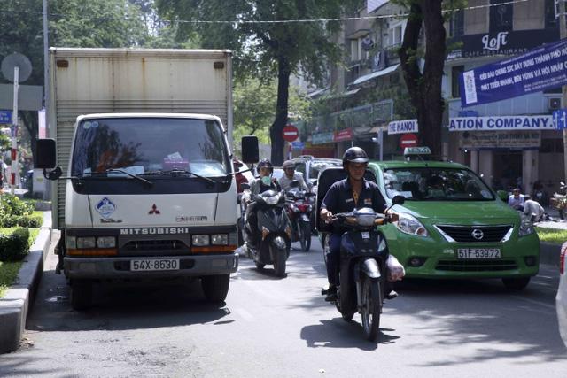 Kiểu dừng đỗ xe ô tô nhức mắt giữa Sài Gòn - Ảnh 10.